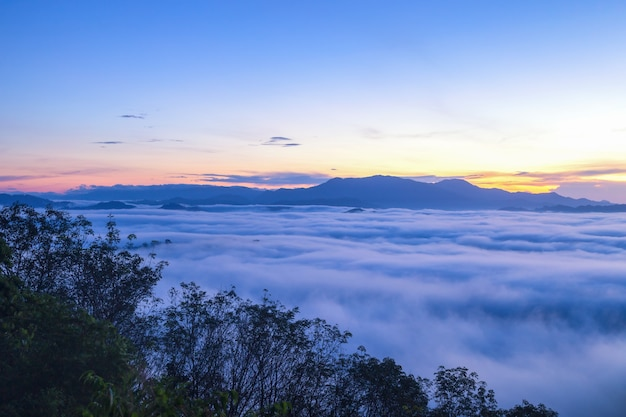아름 다운 흐르는 구름과 일출 시간에 카오 카이 누이 산 앞의 안개, 팡아 주, 태국