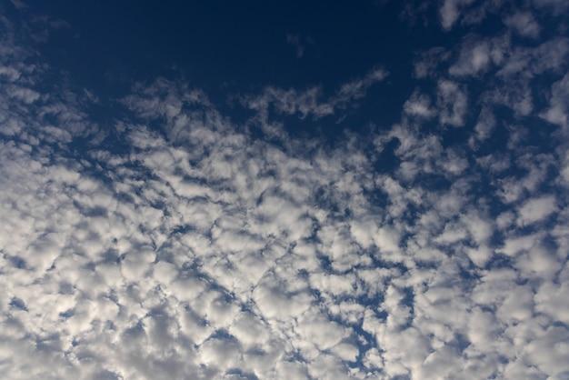 美しいふわふわの雲と青い空