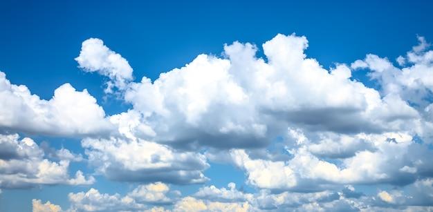 青い空に浮かぶ美しいふわふわの雲。都市景観。いい天気。