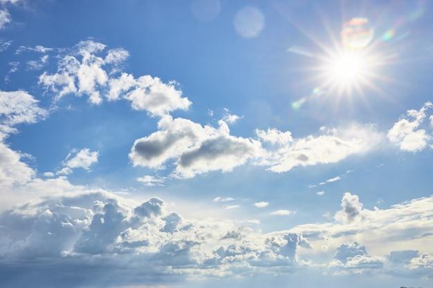 青い空に美しいふわふわの雲