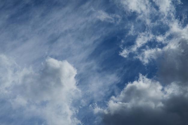 青い空を背景に美しいふわふわの白い雲