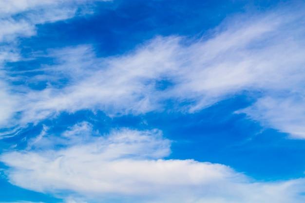 真っ青な空に美しいふわふわの白い雲