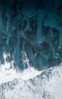 바다에서 놀라운 물 질감의 아름다운 집중된 근접 촬영 샷