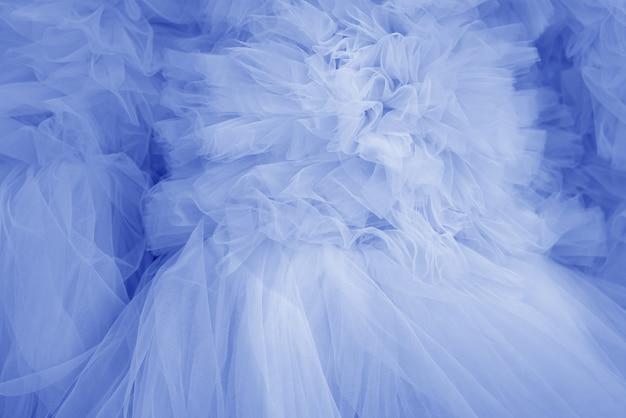 Красивые складки прозрачной голубой ткани. текстильная текстура.