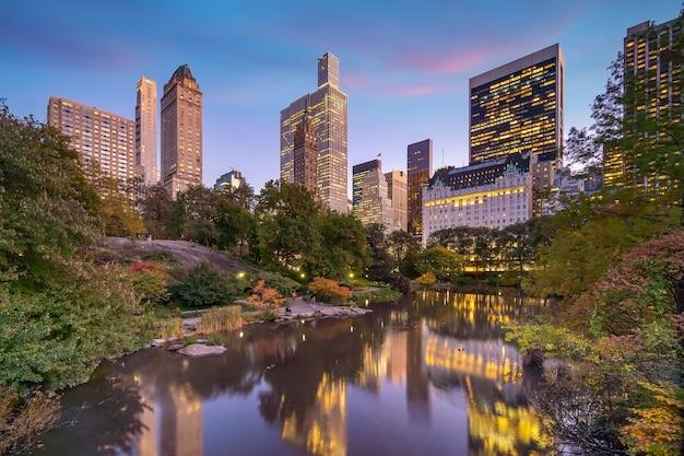 Красивые цвета листвы центрального парка нью-йорка на закате в сша