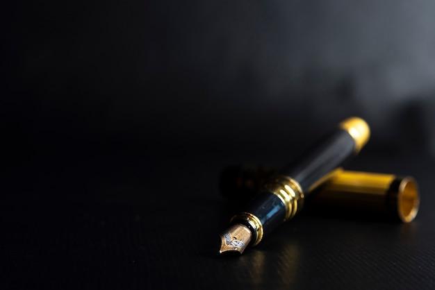 Красивая перьевая ручка. под воздействием