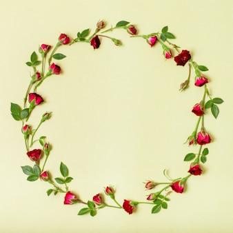 赤いバラで作られた美しいフレーム