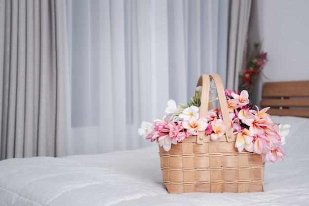 Красивые цветы франжипани в деревянной корзине