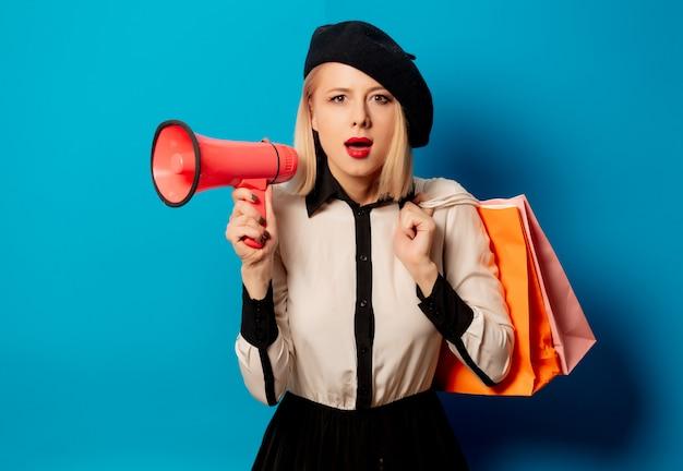 ショッピングバッグとスピーカーのベレー帽で美しいフランス人女性