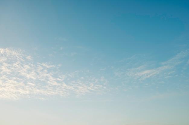 背景と質感のための朝の美しい新鮮な青と雲の空。