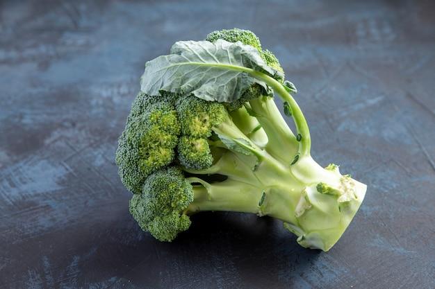 Красивая свежая капуста брокколи на темном столе здоровая пища, богатая витаминами и антиоксидантами ve