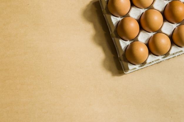 段ボールで美しい新鮮な茶色の鶏の卵