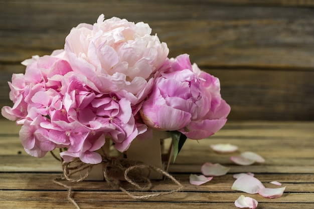 木製の背景、様々な花、テキスト、クローズアップのための場所の美しい新鮮な花