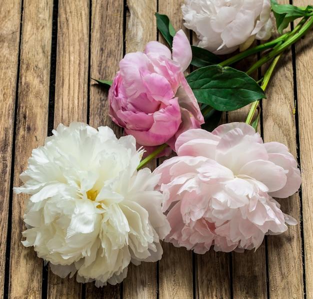 Bellissimi fiori freschi su fondo in legno, fiori vari, posto per il testo, primo piano