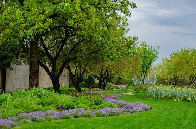 유럽식 정원에서 아름 다운 신선한 잔디. 이른 봄.