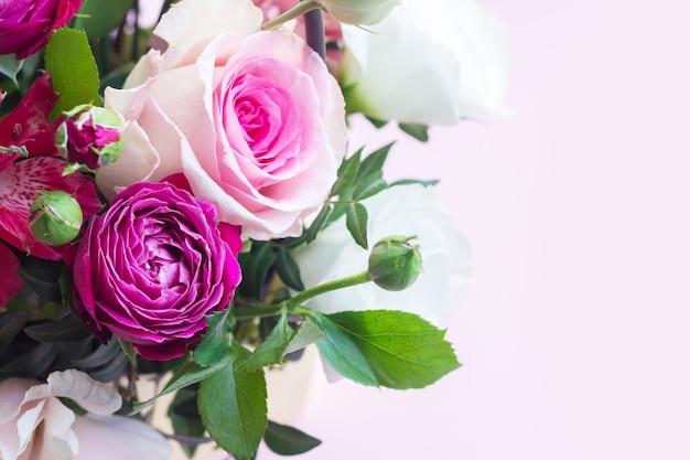 バラ、トルコギキョウ、フリージアのクローズアップの美しい新鮮なモダンな花束