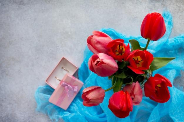 花瓶の花の美しい新鮮なピンクと赤のチューリップ。