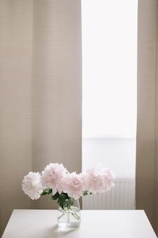 홈 인테리어에 꽃병에 아름 다운 신선한 분홍색 모란