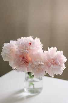 Красивые свежие розовые пионы в вазе в домашнем интерьере Premium Фотографии