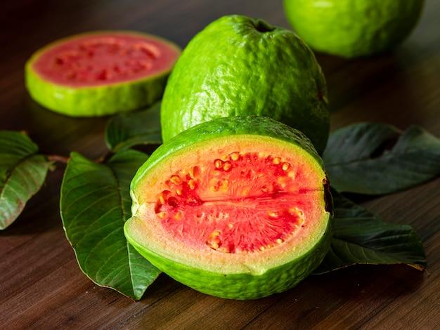 Красивая свежая красная гуава, осенние фрукты на деревянный стол