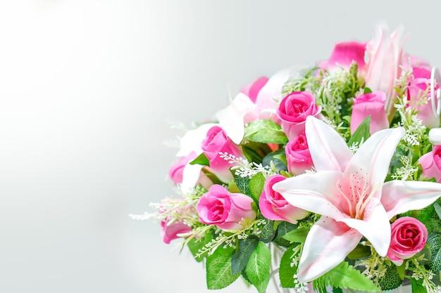 Красивый свежий куст роз