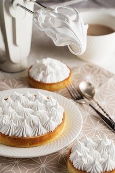 접시에 아름 다운 갓 만든 화이트 레몬 머랭 타트