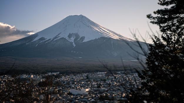 頂上に積雪があり、雲が立ち込める美しい富士山、ランドマークの旅先。冬の日本の風景。富士山は日本一高い山であり、外国人観光客に人気があります。