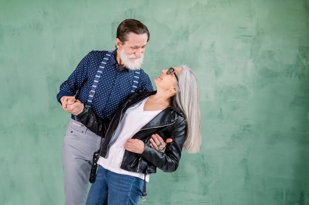 美しい愛のダンスで調和の年配のカップルがいっぱい