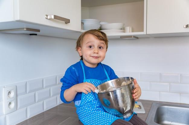 부엌 앞치마 베이킹 사과 국내 파이를 입고 아름 다운 재미있는 작은 유아 소년