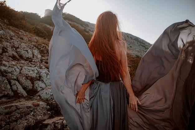회색 드레스에 아름 다운 분노 스칸디나비아 전사 생강 여자