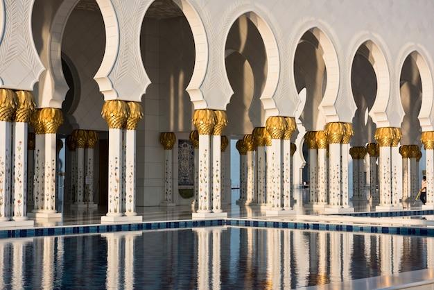 Uae 아부다비에 있는 유명한 셰이크 자이드 화이트 모스크의 아름다운 갤러리. 반사
