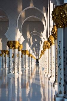 Красивая галерея известной белой мечети шейха зайда в абу-даби, оаэ