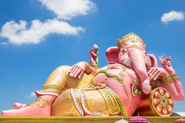 Prachinburi州のワット・サマン寺院の青い空の美しいganesh像