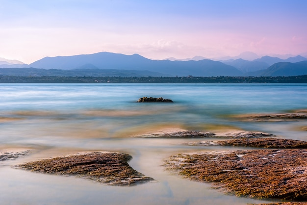 산맥이있는 이탈리아의 아름다운 가르드 호수