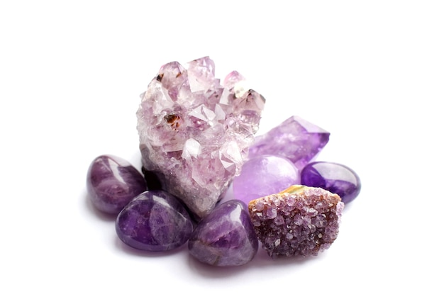 흰색 바탕에 천연 보라색 광물 자수정의 아름다운 보석과 드루즈. 준보석의 큰 결정체.