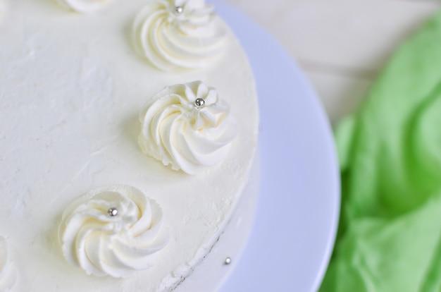 クリームピークとシルバービーズのホワイトクリームの美しい優しいビスケットケーキ