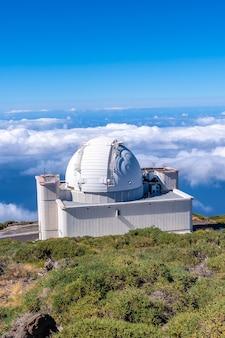 Красивый гигантский телескоп на роке де лос мучачос на вершине кальдеры де табуриенте, ла пальма, канарские острова. испания