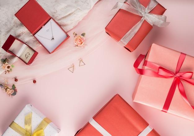 Красивая подарочная коробка и фон с драгоценными камнями