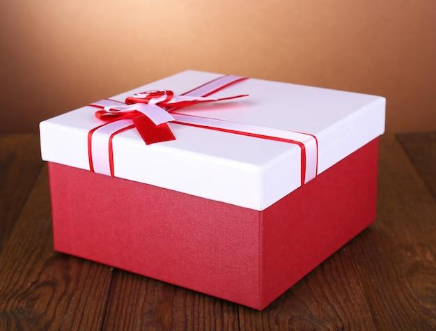 Красивая подарочная коробка на столе