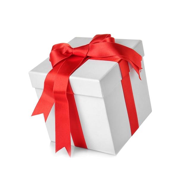 Красивая подарочная коробка с красной лентой на белом фоне