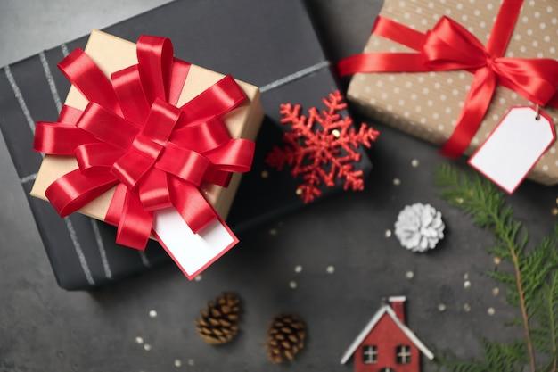 Красивые подарочные коробки и рождественский декор на серой поверхности, вид сверху