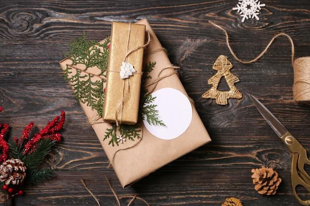 나무 배경에 아름다운 선물 상자와 크리스마스 장식, 위쪽 전망