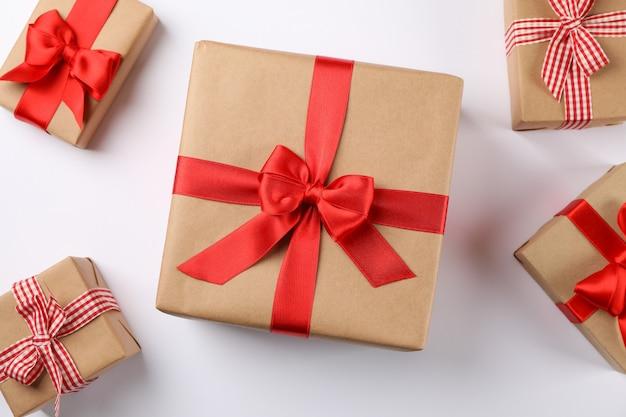 Красивые подарочные коробки на белом фоне, вид сверху