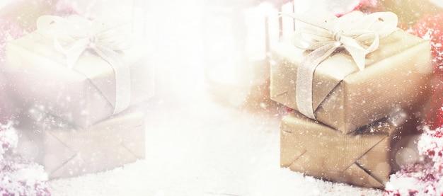 파스텔 배경에 크리스마스 소품과 아름다운 선물 상자
