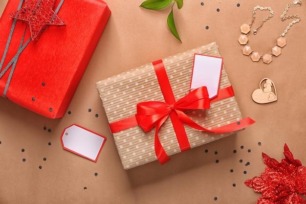 색상 배경에 장식이 있는 아름다운 선물 상자. 플랫 레이 구성