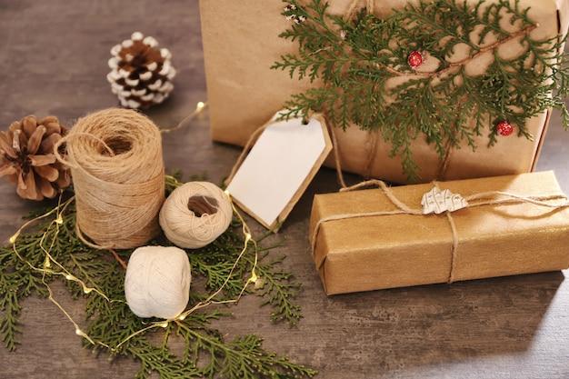 테이블에 장식이 있는 아름다운 선물 상자