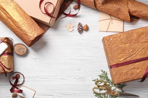 Красивые подарочные коробки с декором на столе
