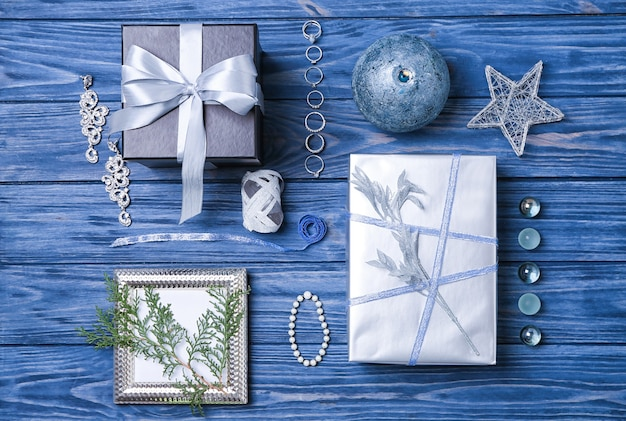 나무 배경에 보석이 달린 아름다운 선물 상자