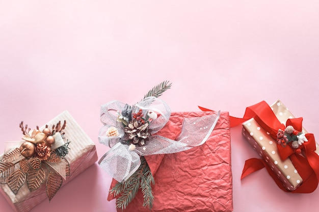 분홍색 배경에 아름 다운 선물 휴가 상자