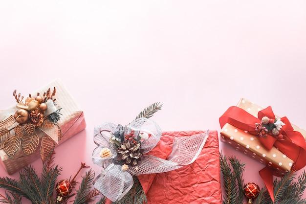 분홍색 벽에 아름 다운 선물 휴가 상자